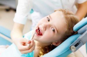 Чистка зубов детям в поселке Володарского